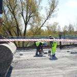 Prace na Łazienkowskim wstrzymane. Do wody wpadają kawałki mostu [AKTUALIZACJA]