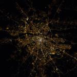 Międzynarodowa Stacja Kosmiczna fotografuje Warszawę nocą. Piękne! [DUŻA ROZDZIELCZOŚĆ]