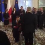 """Prezydent Andrzej Duda odznaczył weteranów wojennych. """"Wzruszający gest prezydenta"""""""