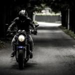 Dotkliwie pobili motocyklistę, bo… zwrócił im uwagę