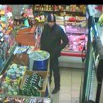 Psiknęli sprzedawcy gazem po oczach i ukradli kasę. Rozpoznajesz sprawcę?