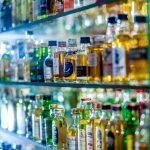 Ukradli 84 butelki alkoholu. Zanim ich złapali, sprawcy zdążyli się upić