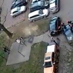 Strażacy musieli przepychać źle zaparkowany samochód, by ratować kobietę [WIDEO]