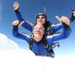 Ojciec Wojtka Szczęsnego odpowiada na wyzwanie i skacze z samolotu! [WIDEO]