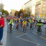 Masa krytyczna: niespełna 600 osób jechało ulicami Warszawy [WIDEO, ZDJĘCIA]