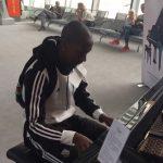 Zawodnik Legii pokazuje swoje zdolności muzyczne na Lotnisku Chopina [WIDEO]