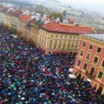 Ile osób uczestniczyło w czarnym proteście na pl. Zamkowym? Różne szacunki policji i Urzędu Miasta