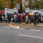 """Powązki: """"Odwiedzających jest tak dużo, że ludzie czekają, aby wejść na cmentarz"""", ogromne utrudnienia"""