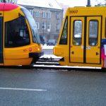Popsuty tramwaj na Czapelskiej. Jeden tramwaj pcha drugi [OGROMNE UTRUDNIENIA][WIDEO]