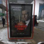 W całym mieście billboardy z nazwą tajemniczego filmu. Nic o nim nie wiadomo, choć w tle jest Warszawa